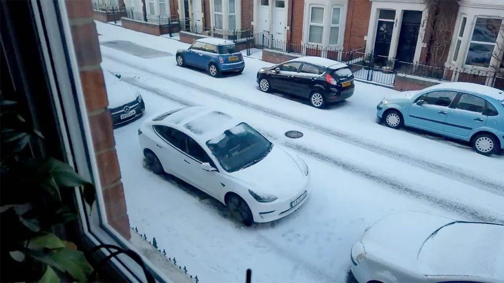 Tesla Model 3 derrite la nieve de forma remota a través de la aplicación de teléfono Tesla mientras otros autos miran con envidia.