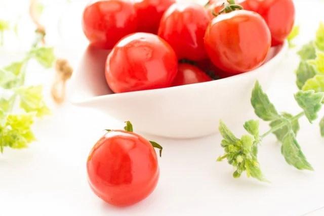 皿にトマト