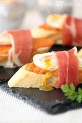 Tosta de jamon iberico con salmorejo y huevo de codorniz