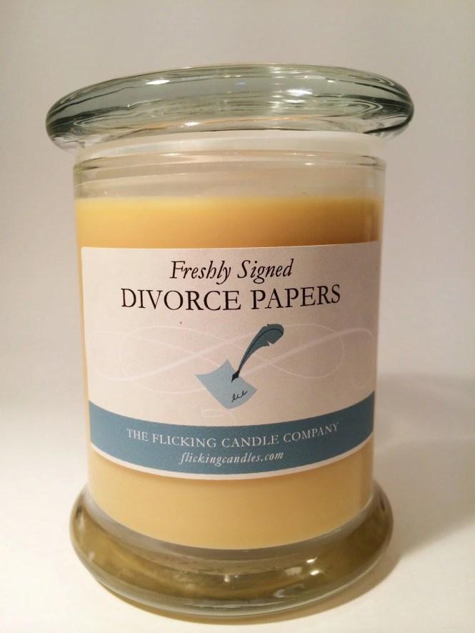 Vela aromática con olor a papeles de divorcio recién firmados