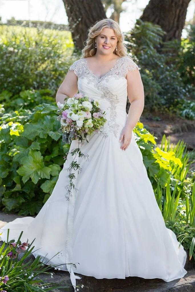 b5b7105bfdb9b 25 Modest Plus Size Wedding Dresses