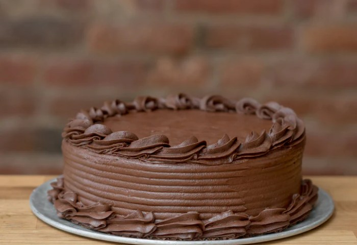 Vanilla Cake With Chocolate Frosting Clementine Cafe Bakery