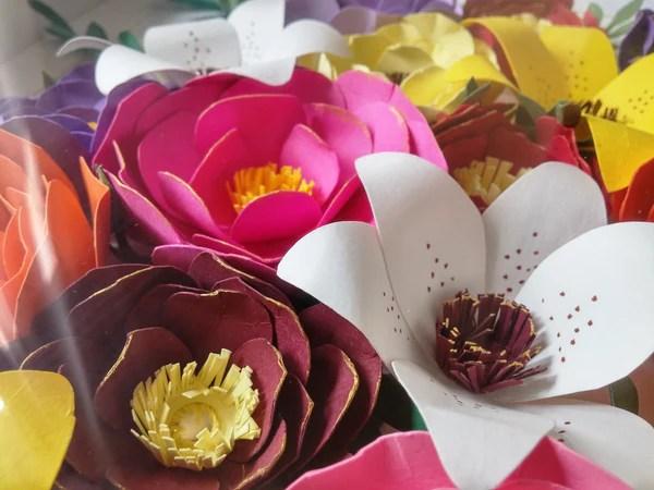 DIY Fleurs en papier décorées au feutre et à la peinture acrylique