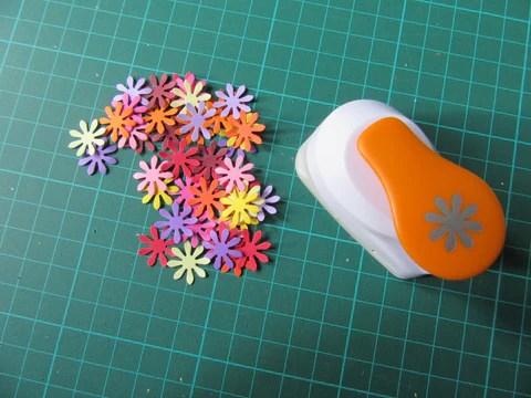 Fleurs en papier perforées