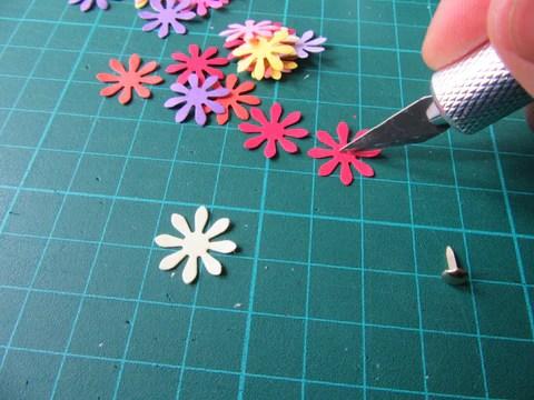 Fleurs en papier et cutter