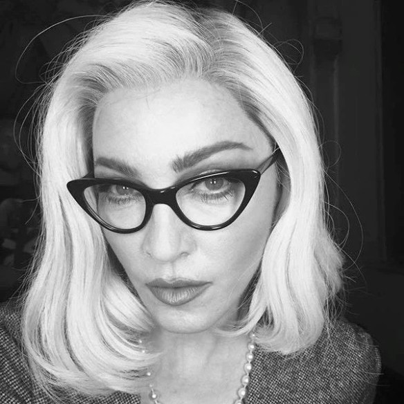 Memilih kacamata sesuai bentuk wajah: Madonna.