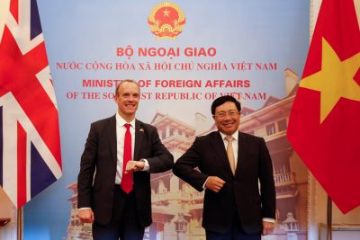 Le ministre britannique des Affaires étrangères, Dominic Raab (à gauche), rencontre son homologue vietnamien Pham Binh Minh au Government Guesthouse à Hanoi, Vietnam, 30 septembre 2020 (Photo: Reuters / Kham).