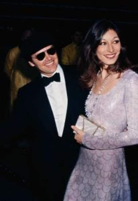 Anjelica took a picture with Nicholson during an event