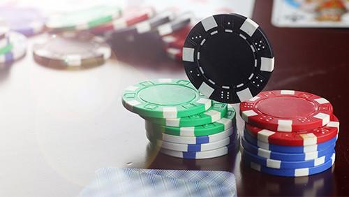 """poker-in-print-harrington-on-holdem-2004 """"width ="""" 500 """"height ="""" 282 """"data-srcset ="""" https://cdn.shortpixel.ai/client/q_lossy,ret_img,w_500/https:/ /calvinayre.com/wp-content/uploads/2020/01/poker-in-print-harrington-on-holdem-2004.jpg 500w, https://cdn.shortpixel.ai/client/q_lossy,ret_img,w_300/ https://calvinayre.com/wp-content/uploads/2020/01/poker-in-print-harrington-on-holdem-2004-300x169.jpg 300w """"data-maten ="""" (max-breedte: 500px) 100vw , 500px """"/> Na professioneel gespeeld te hebben sinds 1982, bracht Harrington Harrington on Hold'em uit, een enorme 22 jaar nadat hij voor het eerst besloot om te checken voor waarde. Hij heeft echter altijd groot gewonnen in het spel, met groot Europees succes dat zich mooi op een lijn heeft met zijn overwinning van het WSOP Main Event in 1995. <p data-recalc-dims="""
