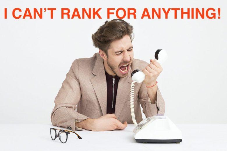 uomo che grida al telefono sulla strategia SEO