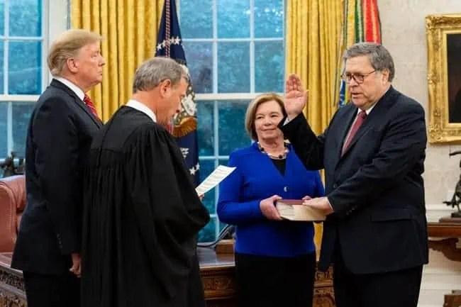 William Barr hält die Bibel in der Hand, als er als Generalstaatsanwalt vereidigt wird