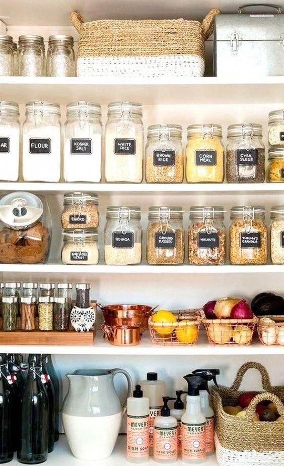 Proprio come per gli interni di una casa, assicurati di mescolare le texture quando decori una mensola. Come Organizzare Mensole Cucina Idee E Originalita Casa Magazine