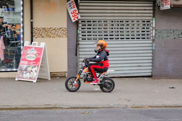 Podrastausee pokolenie tak ze nositsa na bajkah po trotuaram, kak i starsie :)