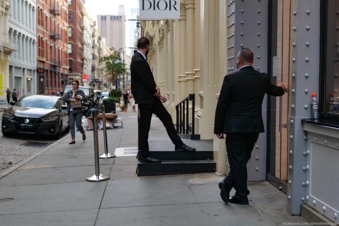 Ohranniki u magazina Dior v...