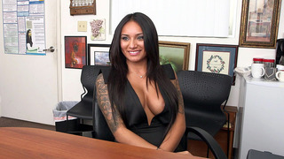 Natalia Mendez giving interview and showing her stunning body image