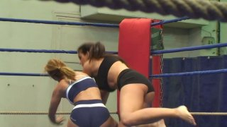 Image: Nude wrestlers Lisa Sparkle & Linda Ray gonna have a fight