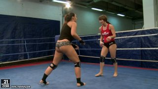 Image: Nude fight of curvy bitches Lisa Sparkle and Eliska Cross