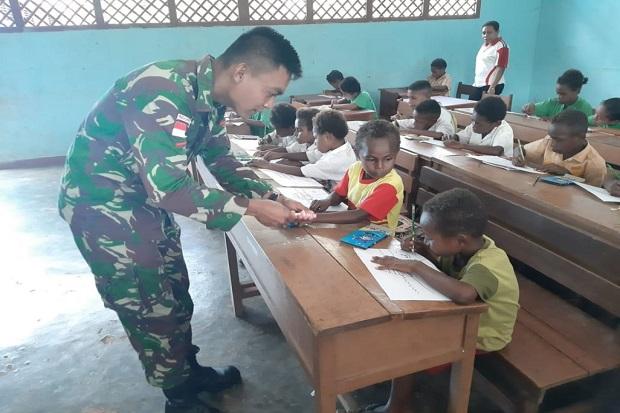 Tanggalkan Tampang Garang, Prajurit Ini Ajak Pelajar Papua Mewarna