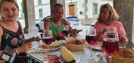 Ons vaste etappedrankje en bij pelgrimsmenu is 'tinto con gasera (of gaseosa): rode wijn met een soort spa rood met zoet smaakje