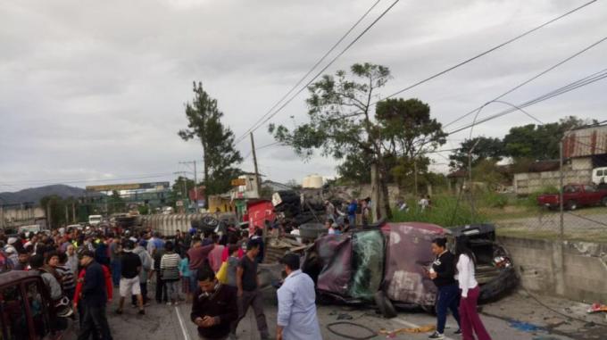 Un accidente de tránsito se registró en el kilómetro 13 de la ruta al Atlántico en dirección oriente. (Foto:@muniguate)