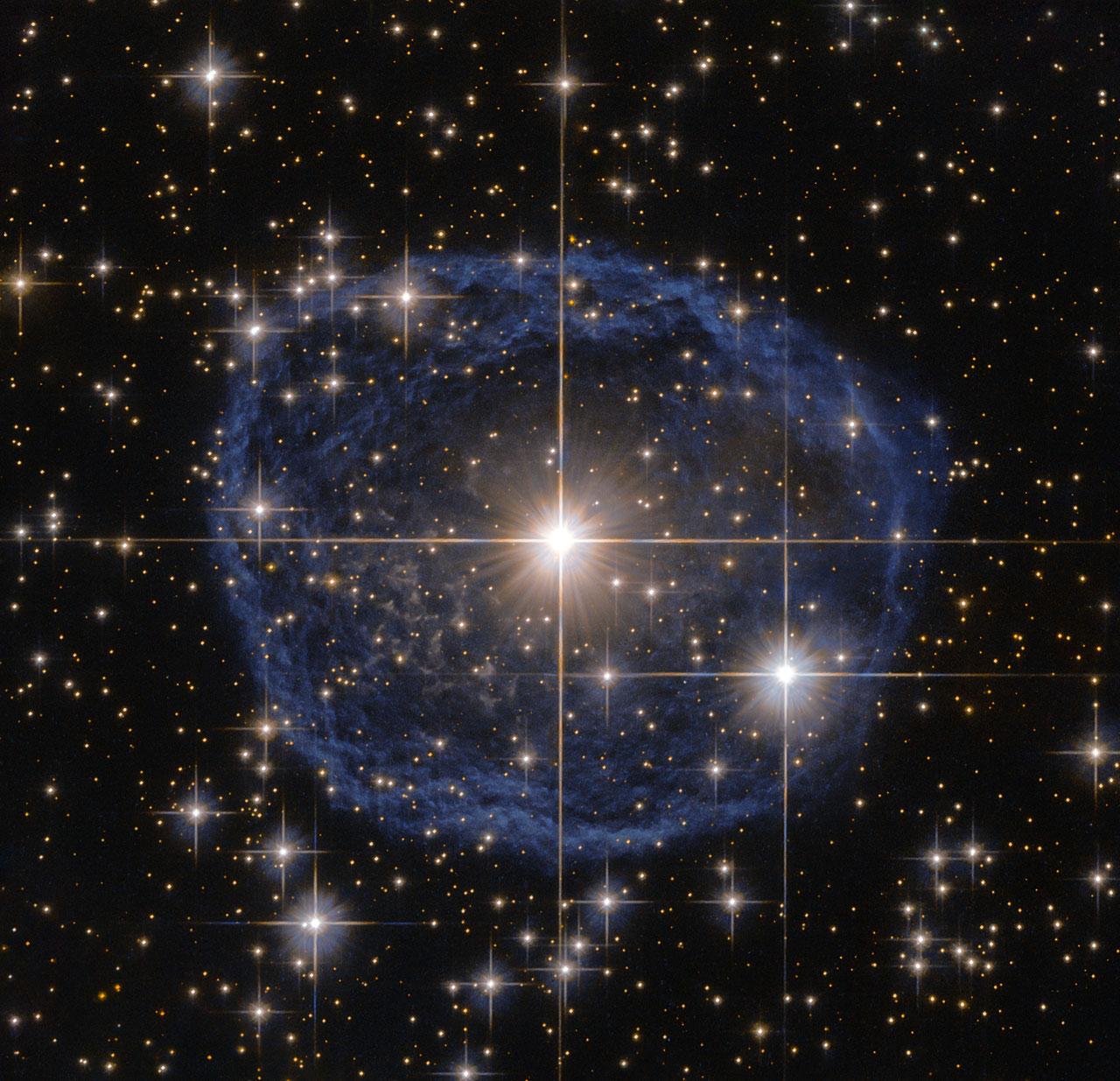 Reluciendo en el centro de esta hermosa imagen del telescopio espacial Hubble de NASA/ESA encontramos una estrella Wolf-Rayet conocida como WR 31a, situada a 30 000 años luz en dirección a la constelación de Carina.