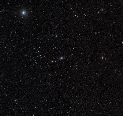 Yer-merkezli teleskoplarla üretilmiş NGC 4696 (merkezdeki) ve çevresi manzarası (NASA, ESA, Digitized Sky Survey 2).