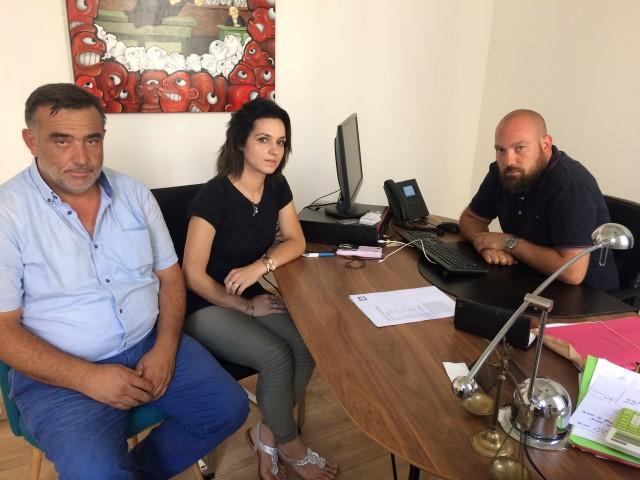 Pasa et Gulsun Celik (de gauche à droite) et Me Kevin Travart, leur avocat.