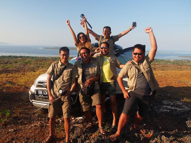 5 Blogger sekaligus 1 bloggerwati yang narsis di Bukit Tomia! Foto oleh @wiranurmansyah