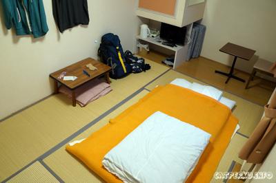 Tidak ada hostel/hotel, ryokan pun jadi. Kadang mencari penginapan secara random itu bisa membawa keberuntungan. Kamar unik seperti ini hanya 3600 Yen atau sekitar IDR 360.000 per/malam