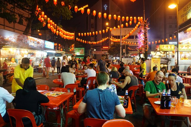 Asiknya makan di Jalan Alor, beratap bintang, makanan enak, suasanya yang menyenangkan... Kecuali hujan deres sih :p