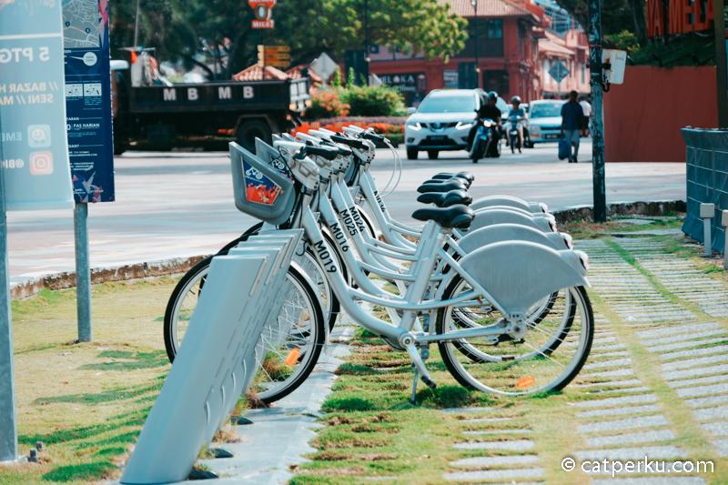 Atau kamu bisa menjelajah Melaka dengan naik sepeda seperti ini.