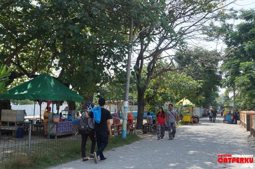 Tipikal jalanan di Pulau Untung Jawa, enak buat jalan kaki, tapi sayang banyak sepeda motor bersliweran.