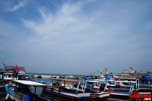 Sepertinya mata pencaharian sebagian penduduk pulau di Jakarta ini adalah nelayan ya? Ada banyak banget perahunya itu.