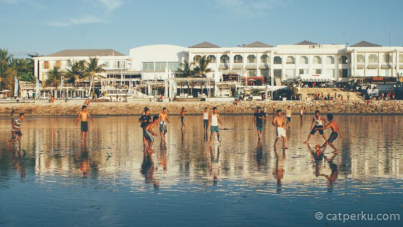 Berolahraga di pantai sejuta umat adalah kegiatan yang banyk dilakukan oleh masyarakat yang tinggal di sekitar pantai ini.