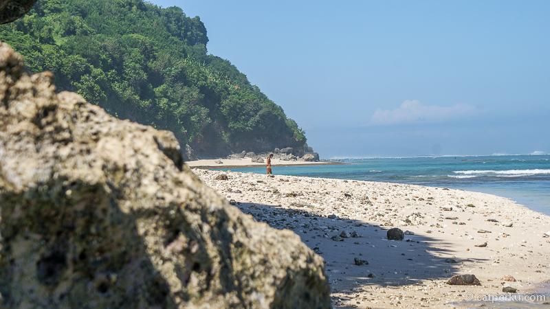 Biasanya Pantai Green Bowl Beach ini dikunjungi oleh beberapa turis untuk berenang atau surfing