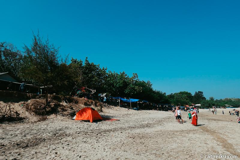 Bisa menyewa tenda untuk berteduh, atau membawa tenda camping sendiri seperti saya.