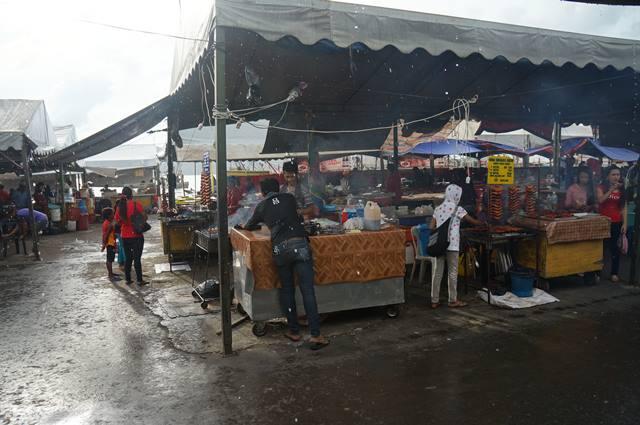 Blusukan di Pasar Besar Kota Kinabalu sambil kehujanan, tapi seru!