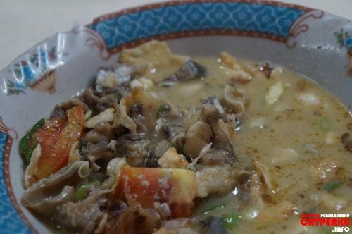 Sop Kaki Kambing yang kuahnya mirip dengan soto betawi. Rasanya enak ternyata, kalau ke Jakarta, wajiblah nyobain makanan ini :D