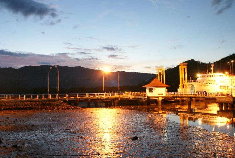 Pelabuhan lembar di pagi hari