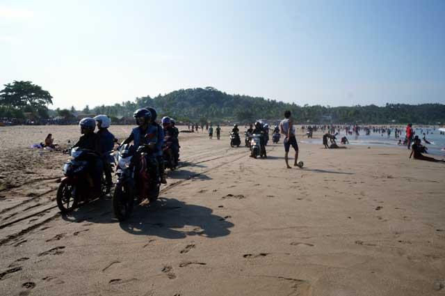 Dear biker, naik sepeda motor di Pantai Sawarna Beach Sukabumi yang ramai kayak gini gak bikin tambah keren kok