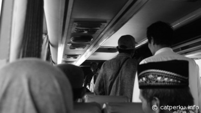 Suasana yang bisa ditemui di dalam sebuah Bus ekonomi tujuan Jogjakarta