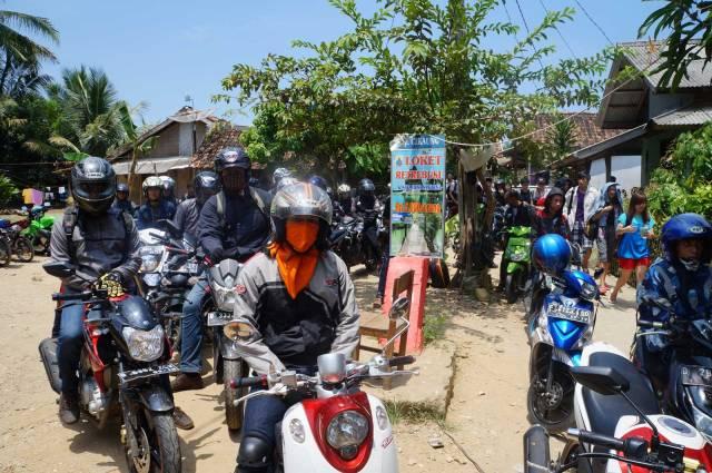 Desa Sawarna yang dipenuhi dengan sepeda motor! Semoga nggak pada turun ke Pantai Sawarna Beach Sukabumi semua ya!