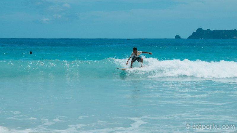 Di pantai ini bisa juga untuk berlatih surfing lho!