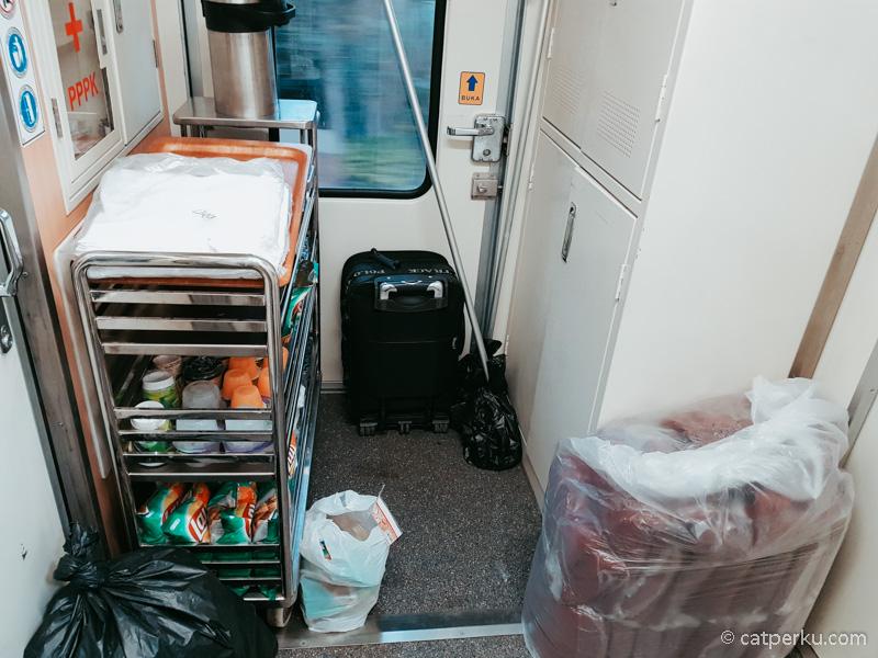 Ini salah satu yang bikin kesan luxury menghilang. Stok makanan untuk penumpang ditaruh diujung gerbong, di dekat toilet.