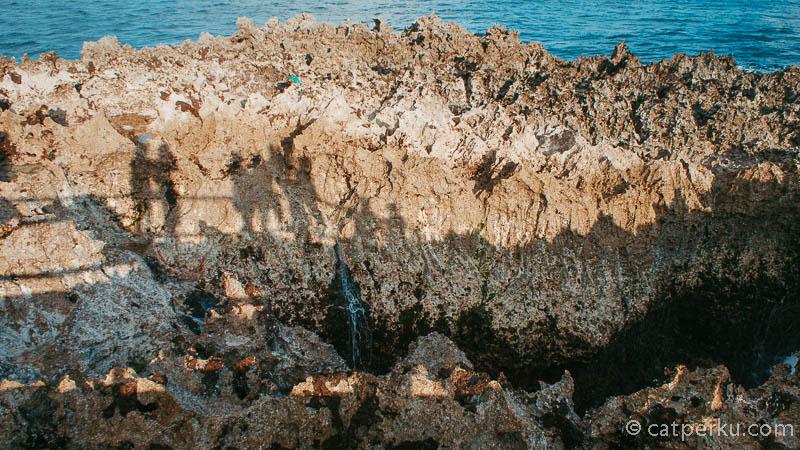 Jadi celah karang sempit inilah, yang memungkinkan ombak bisa menyembur, dan meloncat tinggi ke udara.