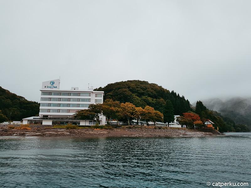 Kamu bisa berkunjung ke Danau Tazawa ketika main ke Kakunodate.