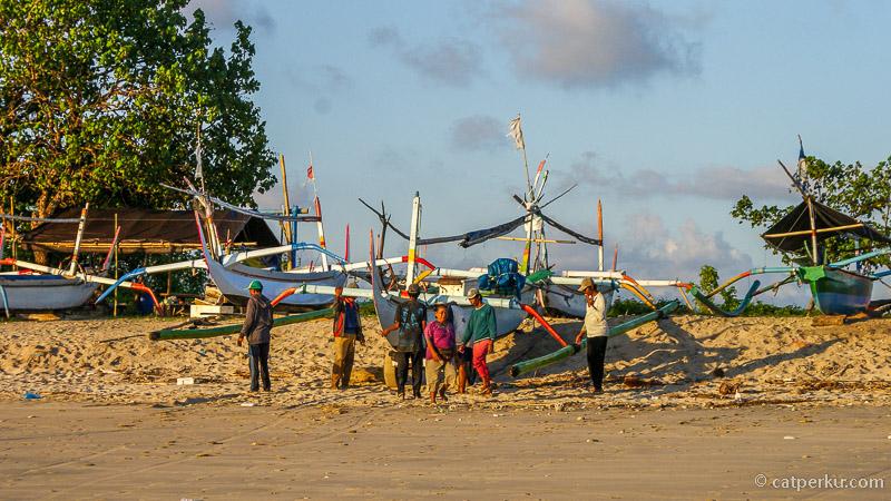 Karena memang pantai nelayan, jadi mudah bertemu dengan mereka. Kalau desa nelayan di Teluk Jimbaran Bali ini berada di bagian Pantai Kedonganan ya!