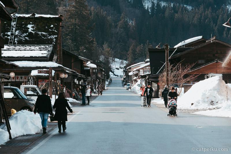 Menjelang siang, tempat ini akan dipenuhi turis yang berbelanja souvenir atau sekedar berjalan-jalan keliling Desa Shirakawa.