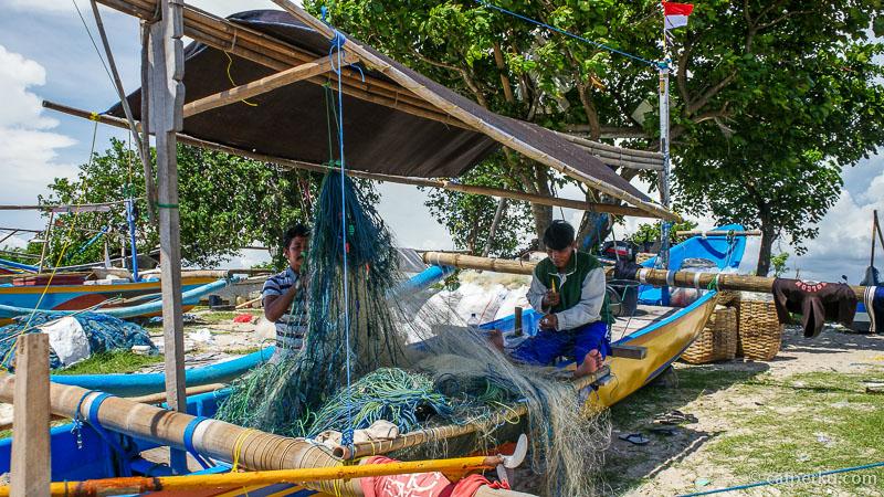 Nelayan di Teluk Jimbaran ini nggak semuanya dari Bali, ada yang dari Pulau Jawa juga. Kedua bapak nelayan ini sedang membenahi jaring ikan di Pantai Kedonganan.