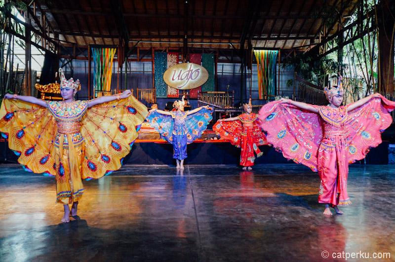 Nggak cuma pertunjukan angklung, tapi juga tarian daerah dari Indonesia